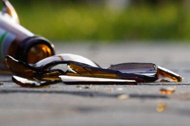 Laat geen glas of breekbare materialen achter